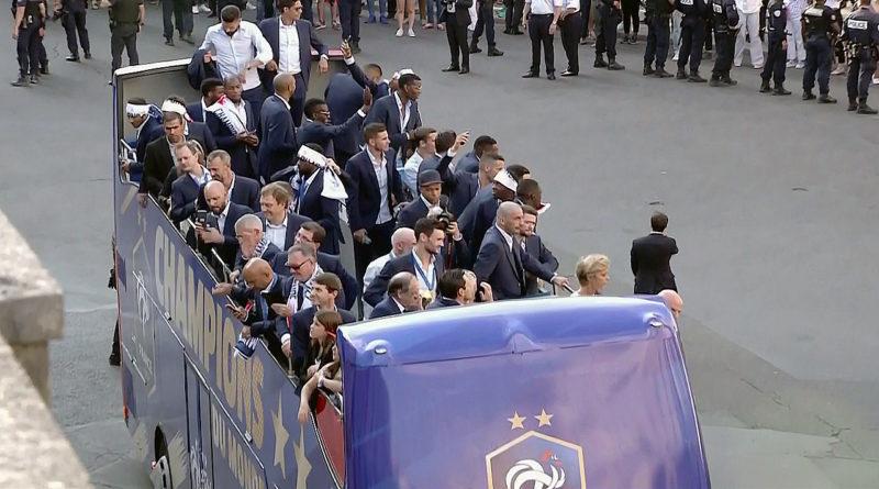 France : les champions du monde paradent sur les Champs-Elysées